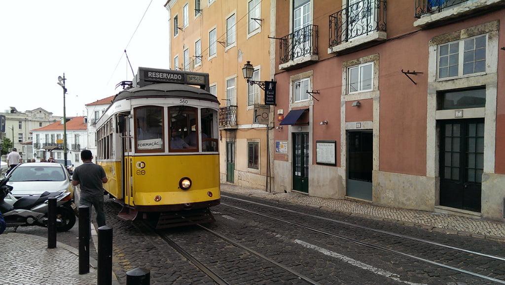 Beroemde gele tram in Lissabon